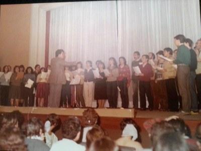 Actuació del cor de l'Institut Puig Castellar el 25 de febrer de 1983, amb motiu dels actes de celebració de la reforma de la sala d'actes
