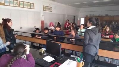 Alumnes de l'Escola Santa Coloma al laboratori de ciències del Puig