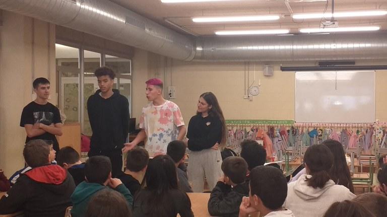 L'alumnat de 4tC explicant dubtes sobre l'ESO a l'alumnat de l'escola Sant Just